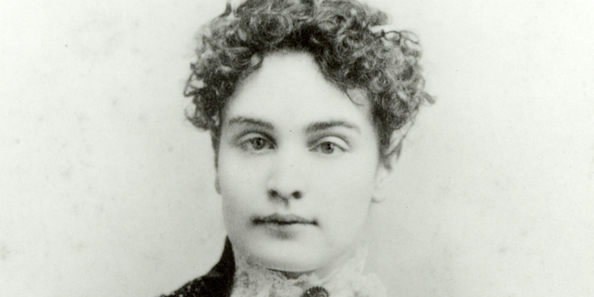 helen keller biography Helen keller biography showing all 43 items mini bio (1) helen keller contracted a virulent childhood disease which resulted in complete loss of sight and hearing at nineteen months.