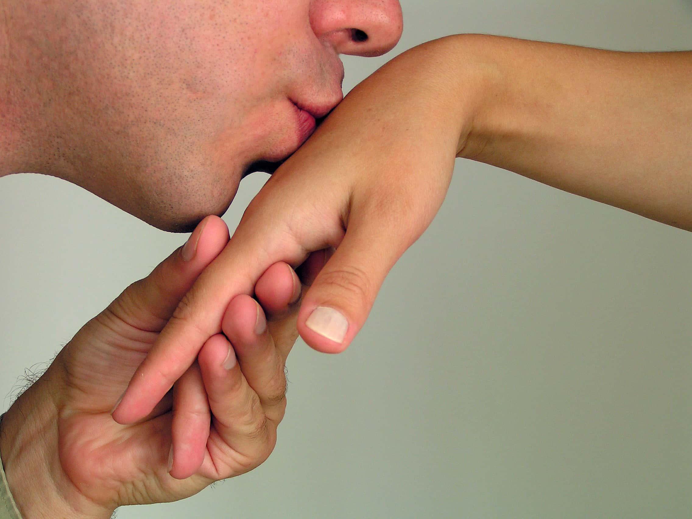 Открытка поцелуй руки